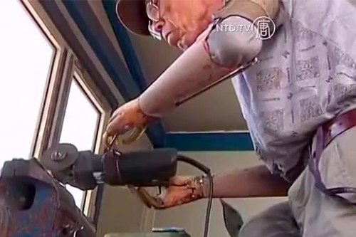 Amputee in rural China builds bionic arms from steel and pulleys