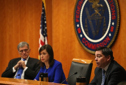 FCC head says all phones should come with theft-prevention features