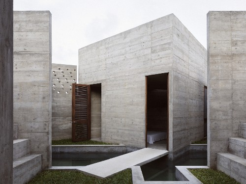 Bunker-like concrete house built around a courtyard pool