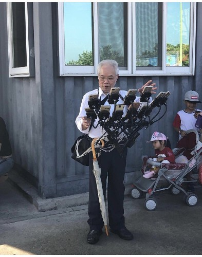 This Taiwanese grandpa shows the best way to play Pokémon Go is with 11 phones