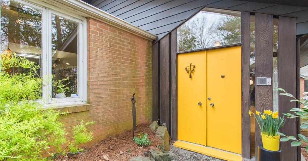 Cute midcentury modern with original bathrooms asks $700K