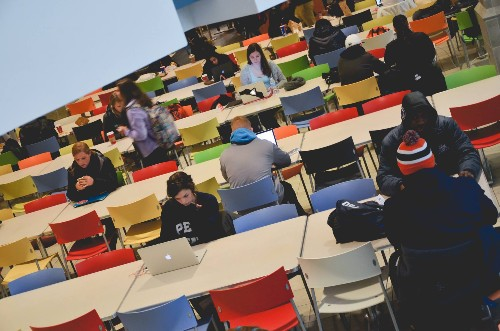 US colleges offer free food to students who ignore their phones in class