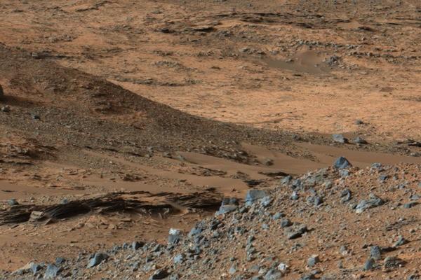 Curiosity rover reaches long-term goal: a massive Martian mountain