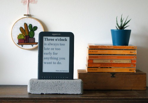 This homemade literary quote clock is the best way to recycle an old Kindle