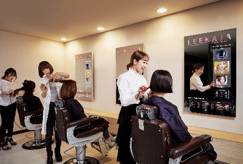 Samsung's first mirror displays are now being used in a hair salon