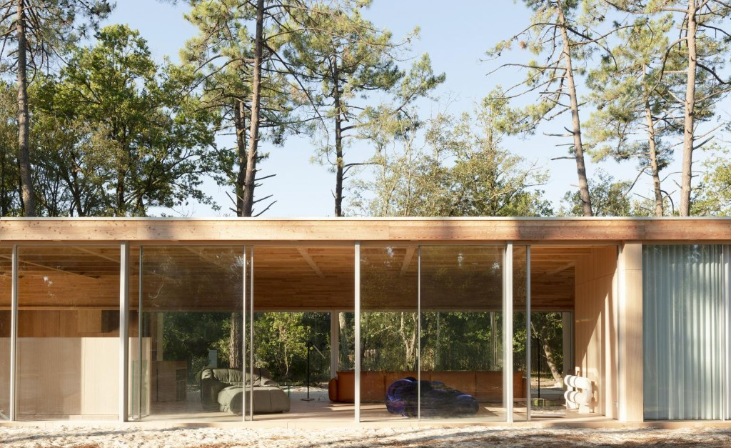 A modern villa hides in Soulac-sur-Mer's peaceful pine forests