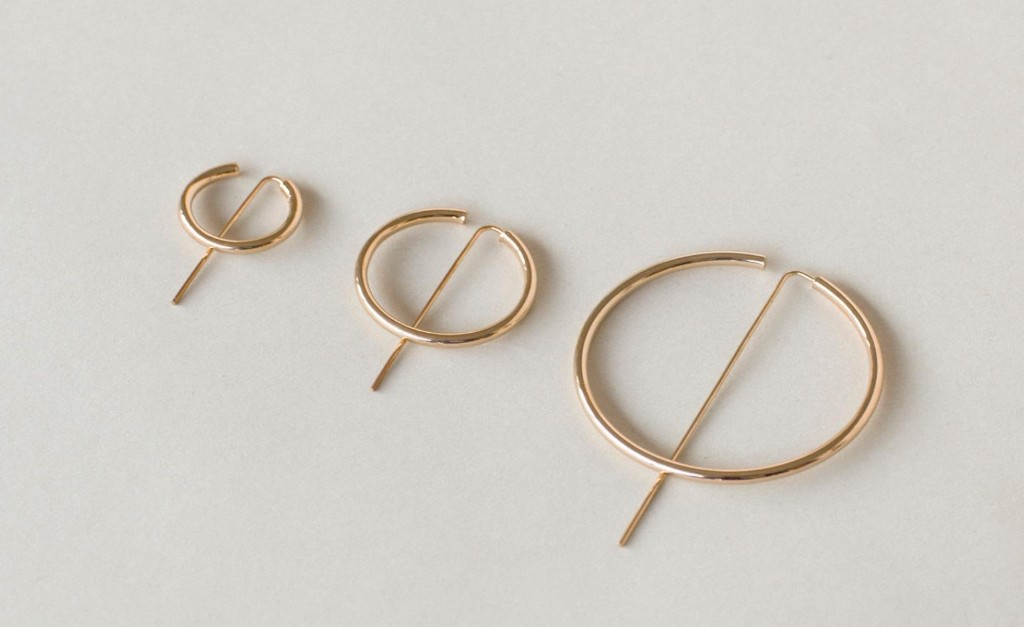 Simple jewellery pieces creating order in chaos