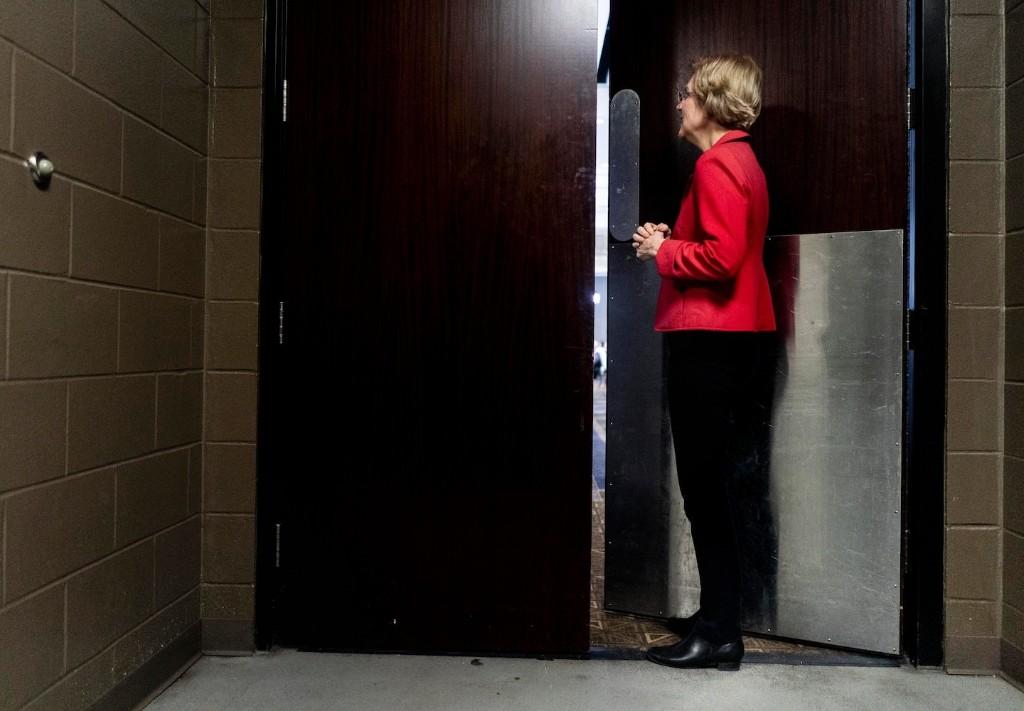 Elizabeth Warren bet big on Iowa. Will her elaborate organization be enough?