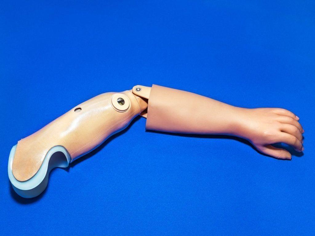 その新しいロボット義手は、「手を動かす感覚」まで再現する