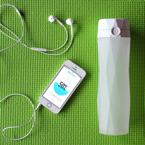 HidrateMe Is A Connected Water Bottle That Will Glow When You Need To Take A Sip