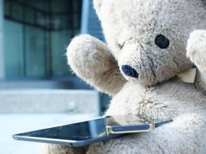 健康測定センサーをテディベアに埋め込んで、子供をリラックスさせつつデータを取得