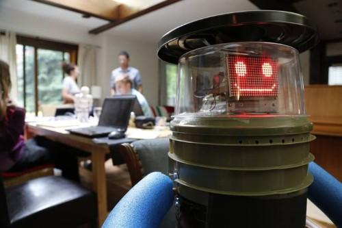 ロボットのHitchBOTが単独でカナダ横断ヒッチハイクの旅に成功…ロボットにとって人間は安全か?