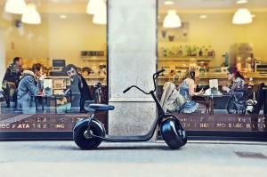 ダイレクトモーターで走る電動スクーターScrooserは未来の町に似合う