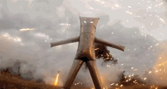 メタルスーツを作って花火を「内側」から楽しんだのは、やはりこのマッドな男