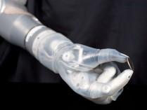 アメリカ食品医薬品、筋電義手を初めて承認―生卵も掴めるDEKA Arm、市販可能に
