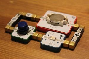 目に見えない電気をAR(拡張現実)で見えるようにするLightUpの電子工作教材