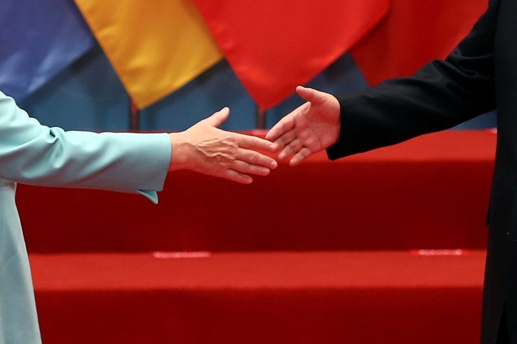 Chinese President Xi Jinping welcomes German Chancellor Angela Merkel as world leaders arrive for a group picture during the G20 summit in Hangzhou, Zhejiang province, China. REUTERS/Damir Sagolj